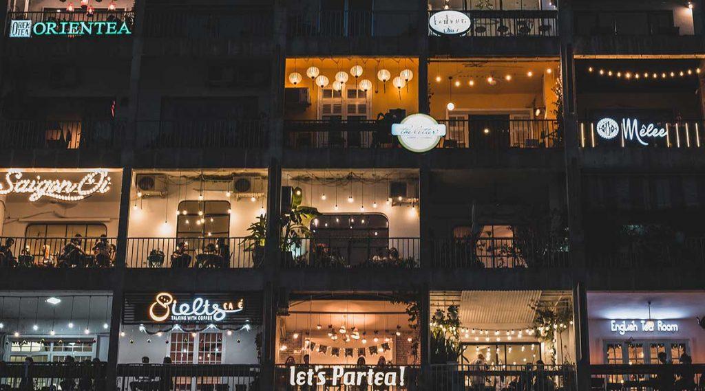Cafe apartmenten aan de Nguyen Hue straat in de avond