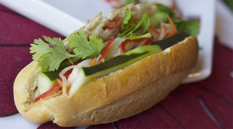 Bánh mì chay: Stokbrood met salade en (optioneel) tofu, ei en champignons.