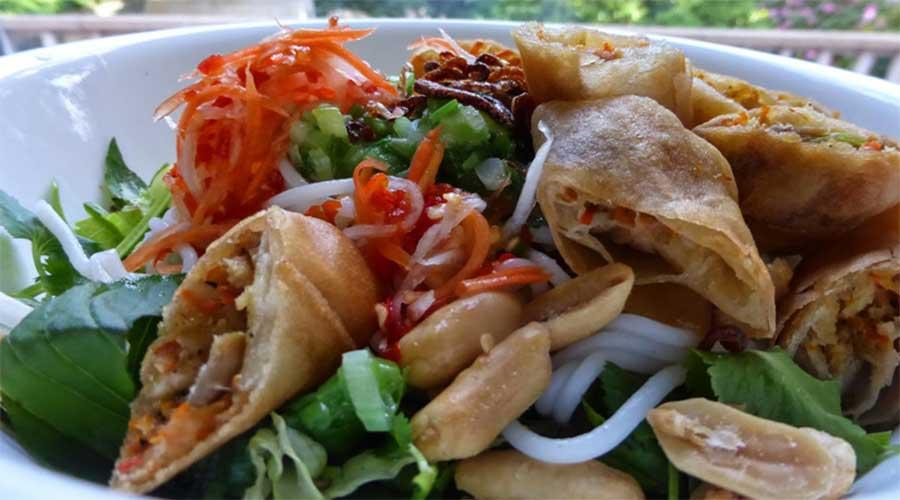 Bún chả giò chay: Rijstnoedels met vegetarische loempia's