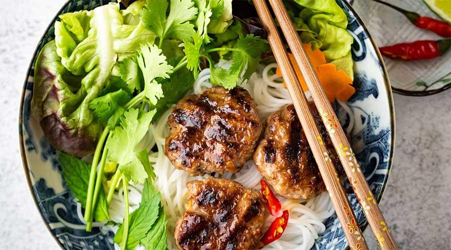 Bun cha: Verse noedels met groenten en vlees
