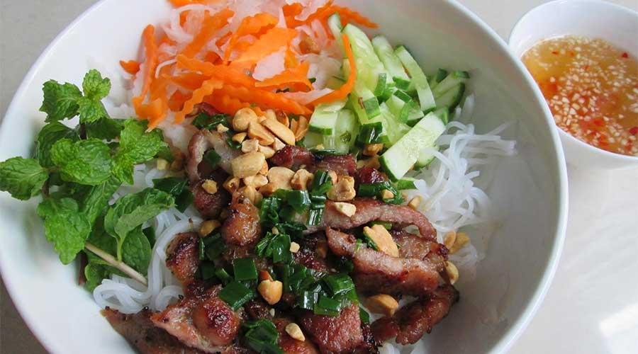 Bun Thit Nuong: Vermicelli-noedels met gegrild varkensvlees.