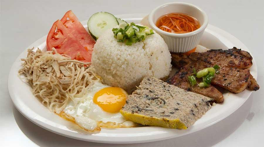 Com tam: Gegrild vlees met gebroken rijst en ei