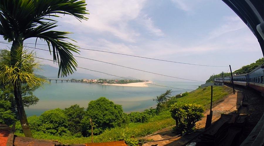 uitzicht vanaf de trein in Vietnam bij Hai Van Pass