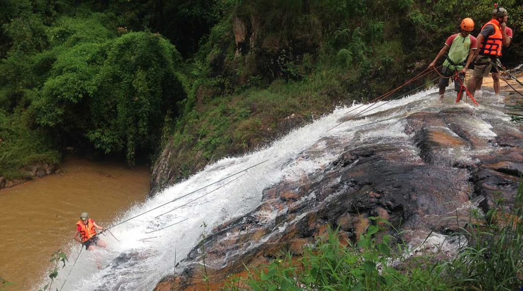 abseilen tijdens canyoning in Dalat