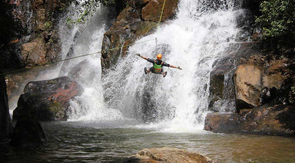 zipline tokkelen tijdens canyoning in Dalat