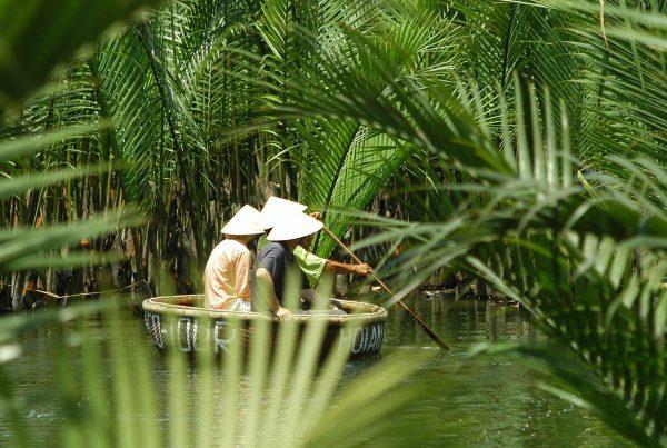 mandboot door het bos van kokosnoten in Hoi An