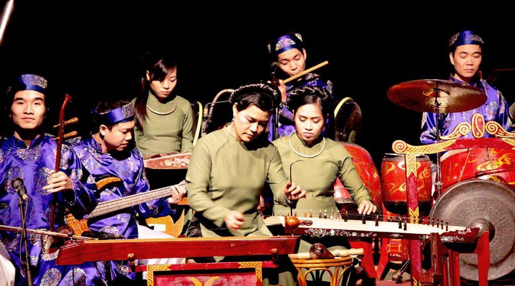 waterpoppentheater orkest speelt traditionele muziek