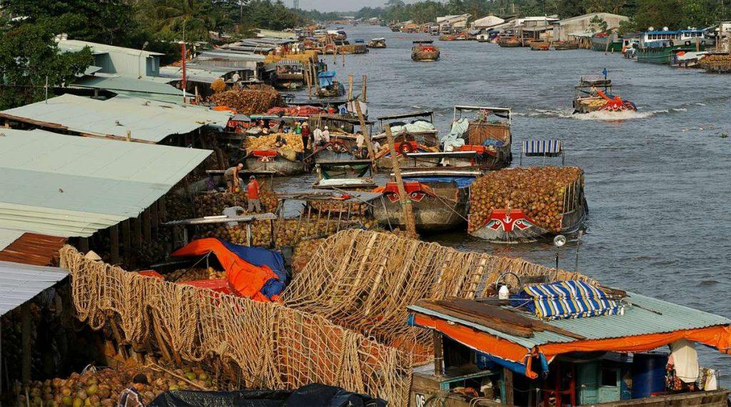Ben Tre boten die kokosnoten vervoeren