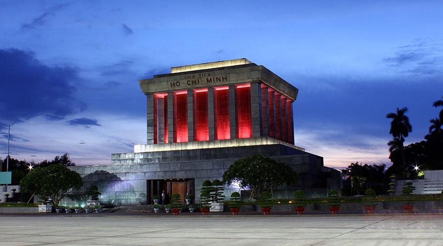Ho Chi Minh Mausoleum in de avond