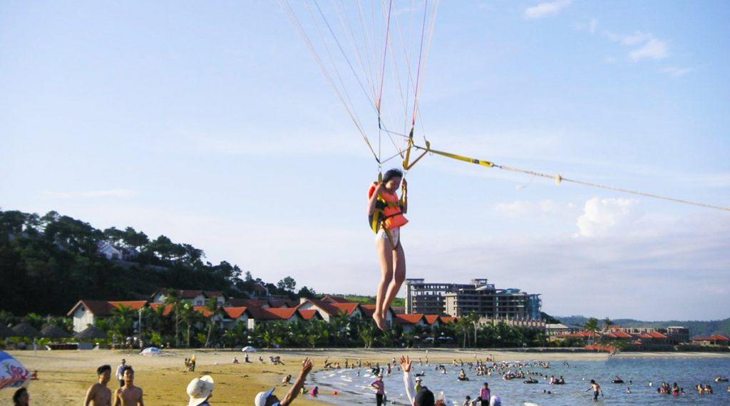 Tuan Chau parasailing