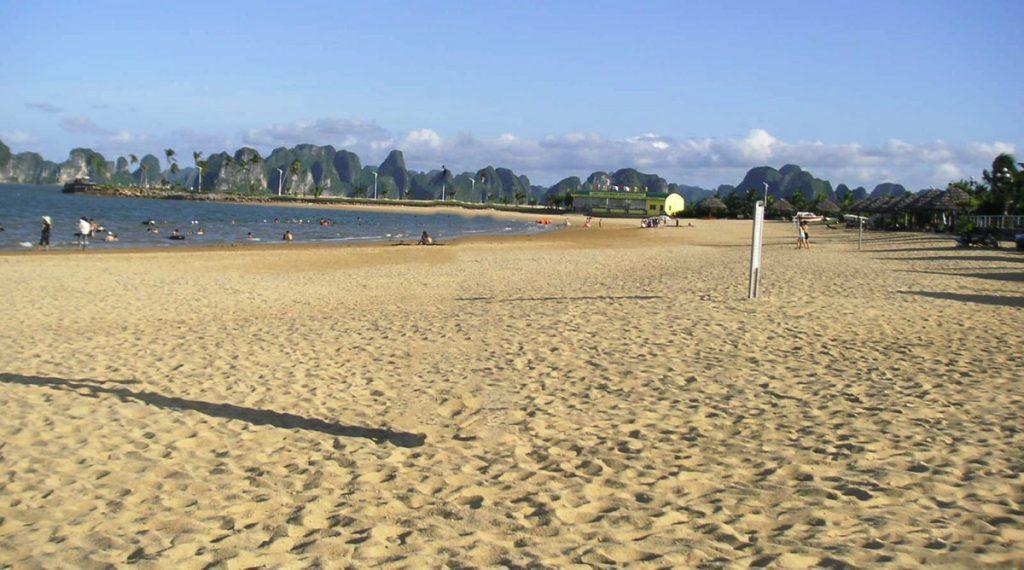 Tuan Chau eiland strand