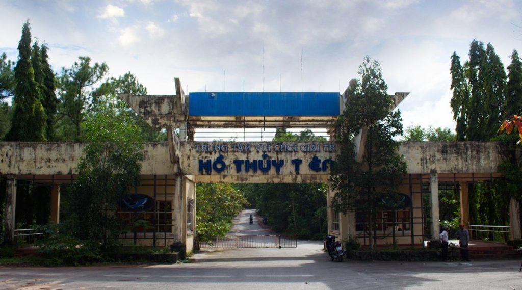 ingang verlaten waterpark in Hue