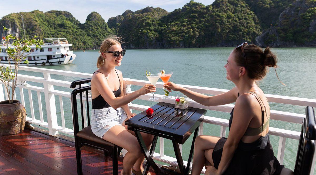 cocktail op Bai Tu Long Bay cruise