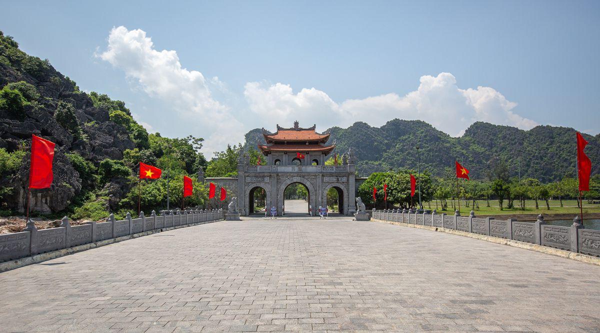 Hoa Lu poort en brug