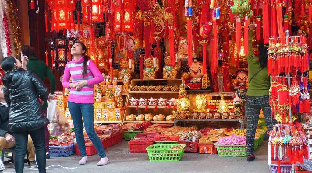 rode versieringen tijdens Vietnamees Nieuwjaar
